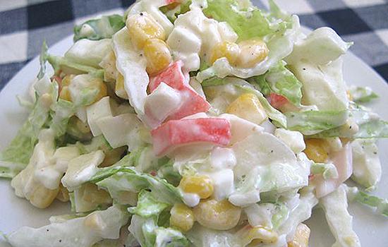 Салат из крабовых палочек, авокадо и ананасов