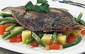 Жареная камбала с гарниром из овощей и крабовым мясом