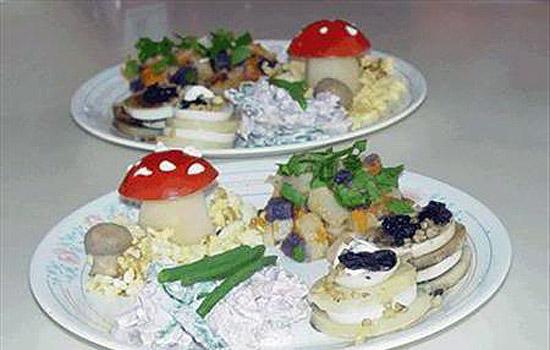 Салат из яиц и помидоров «Грибки»