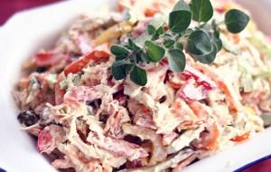 Салат с копченой колбасой и маринованным луком