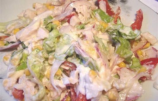 Салат из красной рыбы, консервированной кукурузы и сухариков