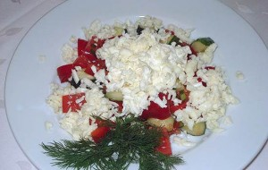 Салат из помидоров, перца и брынзы