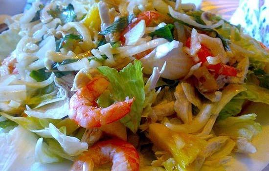 Салат с креветками, мясом криля и ананасами