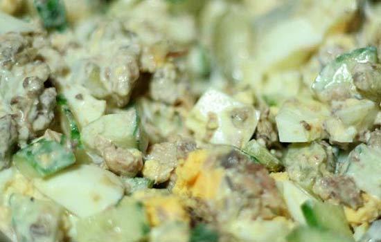Салат из сардин и маринованных огурчиков