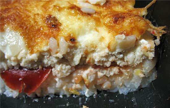 Запеканка из риса с зеленым луком и помидорами