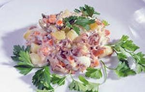 Салат мясной с грушами