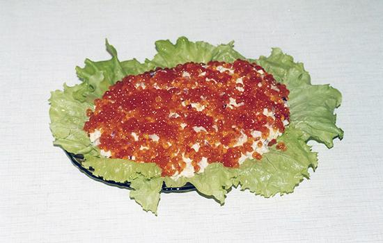 Салат с кальмарами, креветками и красной икрой