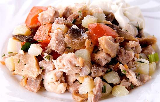 Салат из картофеля и свинины с оригинальной заправкой