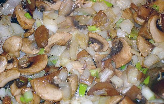 Салат с грибами, сладким перцем и грецкими орехами