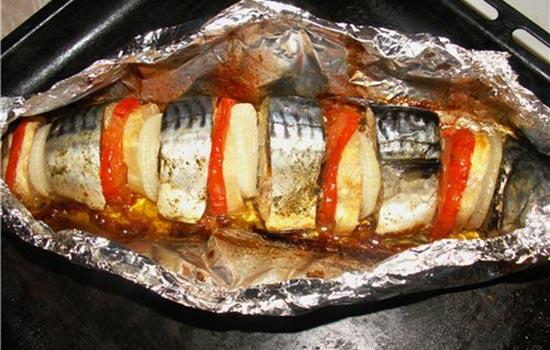 Скумбрия, запеченная с луком и помидорами