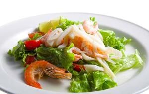 Салат из морского коктейля и авокадо