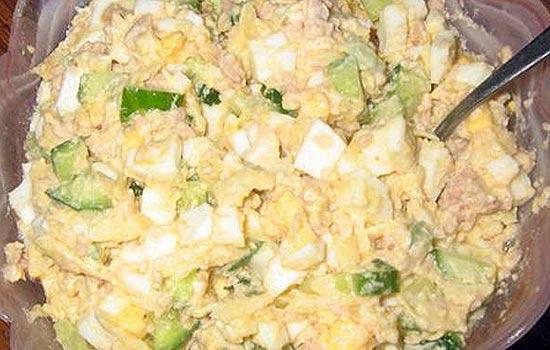 Салат из печени трески с огурцами