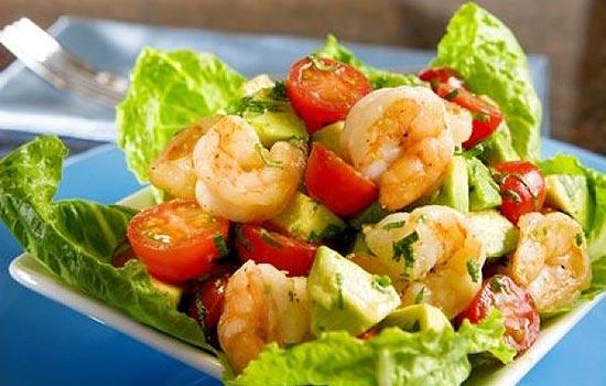 Салат с копченой семгой и морепродуктами