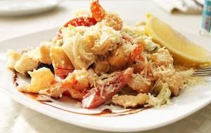 Салат с курицей, креветками и маринованными шампиньонами