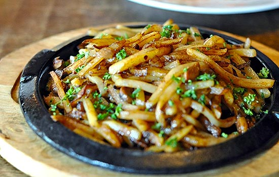 Картофель жаренный с чесноком