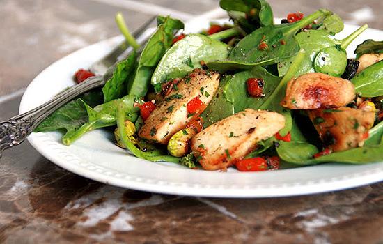 Салат из курицы, сладкого перца и помидоров