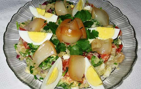 Салат с кальмарами и балыком