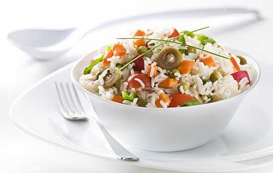 Салат овощной с рисом