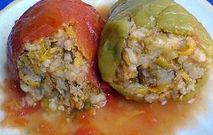 Перец, фаршированный мясом и рисом на овощной подушке