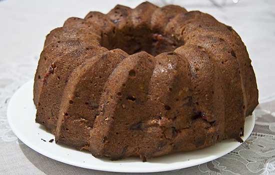 Кекс шоколадный с вишнями и орехами