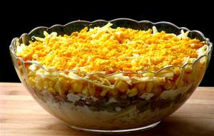 Салат с куриным филе, ананасами и консервированной кукурузой