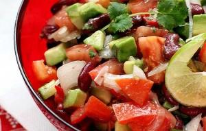 Салат с авокадо, фасолью и сладким перцем