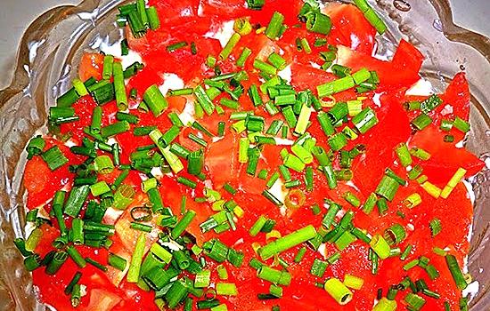 Салат с помидорами и копченой колбасой