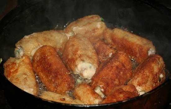 Мясные рулетики с начинкой под грибным соусом