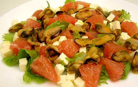 Салат с мидиями и брынзой