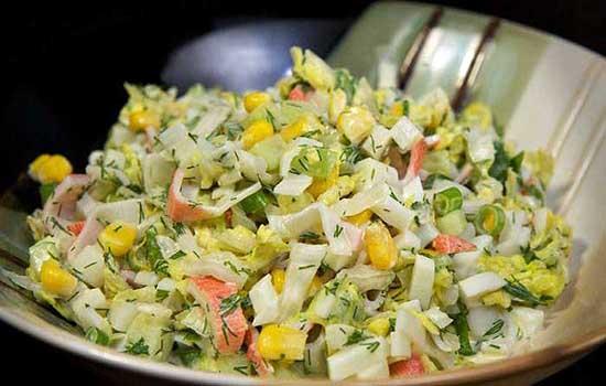 Салат с кальмарами, крабовыми палочками и рисом