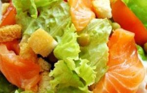 Салат с копченой семгой и хурмой