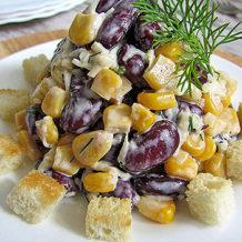Салат с фасолью, курицей и сухариками