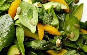 Салат из шпината и кураги