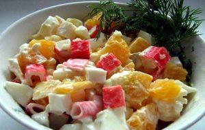 Салат с крабовыми палочками, морковью и апельсинами.