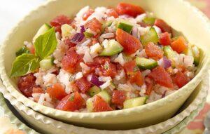 Салат овощной с рисом и твердым сыром