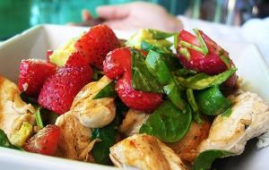 Салат из копченого мяса цыпленка и клубники