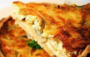 Луковый пирог с грецкими орехами и сыром
