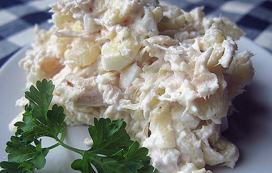 Салат из курицы с маринованным луком и яйцами