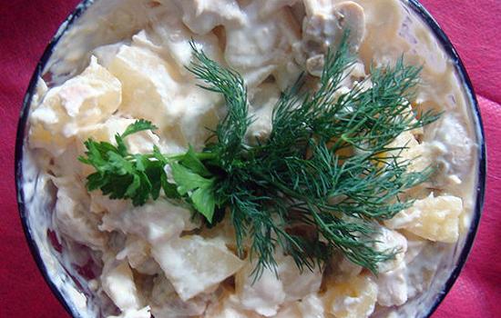 Салат с курицей, ананасами и консервированными грибами