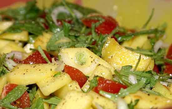 Салат с курицей, манго, авокадо и хрустящим лавашом