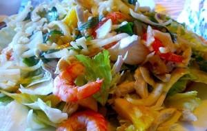 Салат с креветками, рисом и консервированной кукурузой