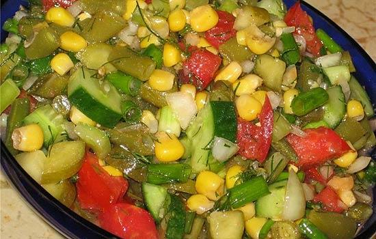 Салат с помидорами, стручковой фасолью и грибами