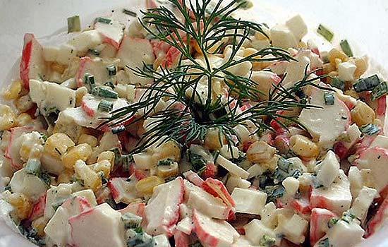 Салат с крабовыми палочками и копченой рыбой