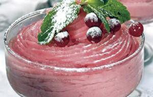 Десерт из манного крема и ягод.