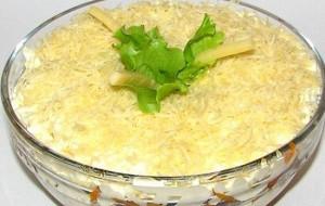 Слоеный салат с курицей и маринованными грибами