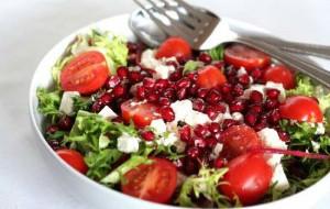 Салат с тунцом, помидорами и зернами граната