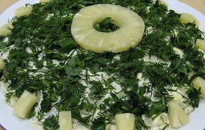 Салат с маринованными грибами и ананасами