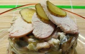 Салат с курицей, шампиньонами и маринованными огурцами
