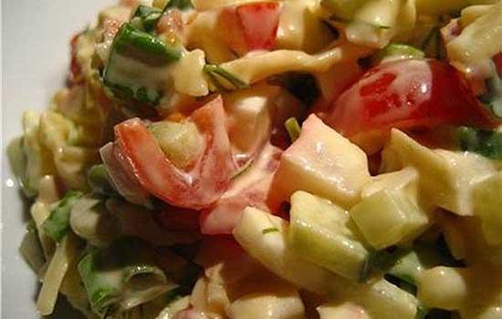 Салат из помидоров, огурцов и авокадо с телятиной