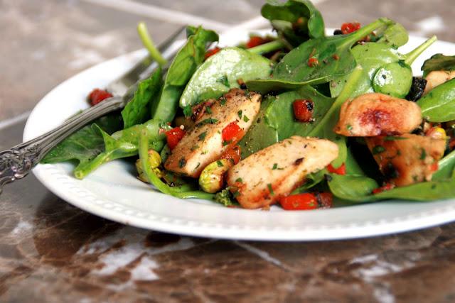 Салат из копченой курицы и шпината